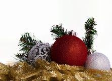 Bolas de la Navidad con malla amarilla Fotos de archivo libres de regalías