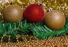 Bolas de la Navidad con malla amarilla Foto de archivo libre de regalías