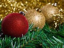 Bolas de la Navidad con malla amarilla Fotografía de archivo