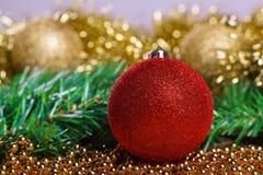 Bolas de la Navidad con malla amarilla Imágenes de archivo libres de regalías