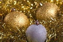 Bolas de la Navidad con malla amarilla Imagenes de archivo