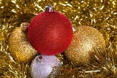 Bolas de la Navidad con malla amarilla Imagen de archivo libre de regalías