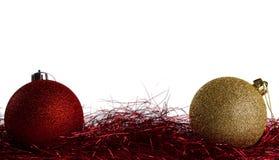 Bolas de la Navidad con malla roja Imagenes de archivo