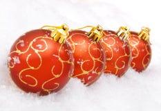 Bolas de la Navidad con nieve Fotos de archivo