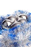 Bolas de la Navidad con plata y oropel azul Foto de archivo