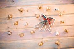 Bolas de la Navidad con un arco en los tableros de madera Imagen de archivo libre de regalías