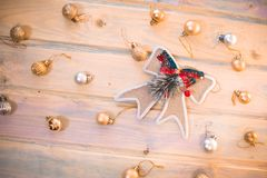 Bolas de la Navidad con un arco en los tableros de madera Foto de archivo libre de regalías