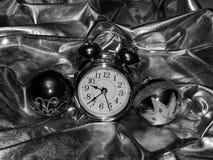 Bolas de la Navidad con un despertador en una imagen blanco y negro Imagen de archivo libre de regalías