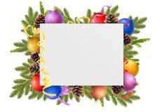 bolas de la Navidad, conos del pino, ramas del abeto y hoja de papel limpia Imagen de archivo