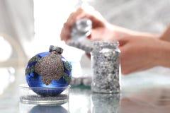 Bolas de la Navidad de la pintura Fabricación y artes Foto de archivo libre de regalías