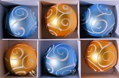 Bolas de la Navidad del azul y del oro fotografía de archivo
