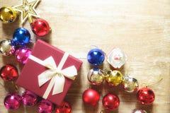 Bolas de la Navidad del color con la caja de regalo Foto de archivo