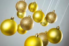 Bolas de la Navidad del oro Fotografía de archivo libre de regalías