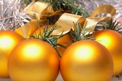 Bolas de la Navidad del oro Fotografía de archivo