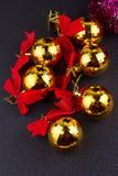 Bolas de la Navidad del oro con las cintas rojas Fotografía de archivo libre de regalías