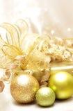Bolas de la Navidad, el regalo y las decoraciones del oro Fotos de archivo