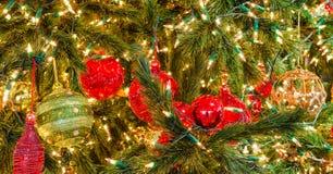 Bolas de la Navidad en árbol Fotos de archivo