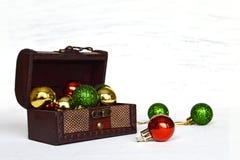 Bolas de la Navidad en caja de madera del tesoro Imagen de archivo libre de regalías
