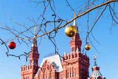 Bolas de la Navidad en cierre de la ramita para arriba en la ciudad de Moscú imagenes de archivo
