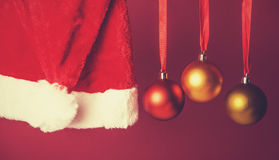 Bolas de la Navidad en cinta con el sombrero de Papá Noel Imagen de archivo