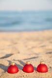 Bolas de la Navidad en costa de mar Foto de archivo