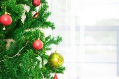 Bolas de la Navidad en el árbol de navidad Fotos de archivo libres de regalías
