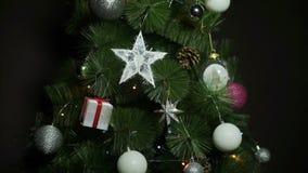Bolas de la Navidad en el árbol de navidad almacen de metraje de vídeo