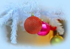 Bolas de la Navidad en el árbol blanco Foto de archivo libre de regalías
