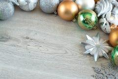 Bolas de la Navidad en el árbol de navidad Imagen de archivo libre de regalías