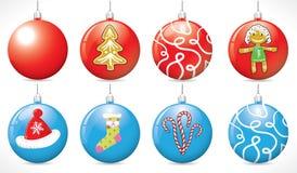 Bolas de la Navidad en el árbol de navidad del color rojo y azul Foto de archivo libre de regalías