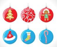 Bolas de la Navidad en el árbol de navidad del color rojo y azul con un calcetín del modelo, los sombreros, el caramelo, las tira Fotos de archivo