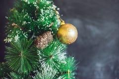 Bolas de la Navidad en el árbol de navidad Feliz Navidad Foto de archivo libre de regalías