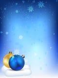 Bolas de la Navidad en el fondo de copos de nieve Imágenes de archivo libres de regalías