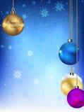 Bolas de la Navidad en el fondo de copos de nieve Imagenes de archivo