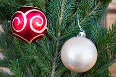 Bolas de la Navidad en el fondo del abeto Imagenes de archivo