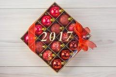 Bolas de la Navidad en el fondo hermoso de la tabla Foto de archivo