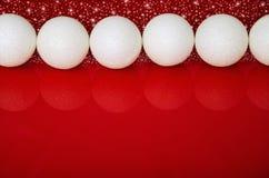Bolas de la Navidad en fila y espacio rojo para el texto Foto de archivo