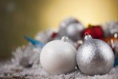 Bolas de la Navidad en fondo brillante Imagenes de archivo