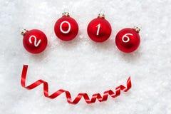 Bolas 2016 de la Navidad en fondo de la nieve con el espacio para su texto Fotografía de archivo libre de regalías