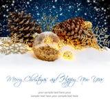 Bolas de la Navidad en fondo de la noche Nevado Concepto de las vacaciones de invierno Imagen de archivo libre de regalías