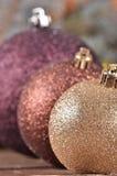 Bolas de la Navidad en fondo de madera Foto de archivo