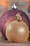 Bolas de la Navidad en fondo de madera Imagen de archivo libre de regalías