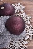 Bolas de la Navidad en fondo de madera Imágenes de archivo libres de regalías