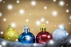 Bolas de la Navidad en fondo ligero abstracto Imágenes de archivo libres de regalías