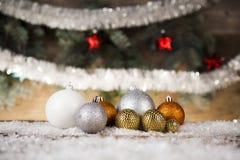Bolas de la Navidad en fondo de madera Fotos de archivo