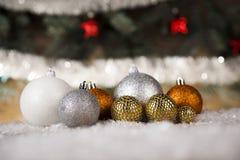 Bolas de la Navidad en fondo de madera Fotografía de archivo