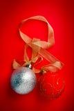 Bolas de la Navidad en fondo rojo Imagenes de archivo