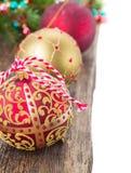 Bolas de la Navidad en la frontera de madera del fondo Foto de archivo libre de regalías