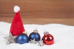 Bolas de la Navidad en la nieve Imagen de archivo