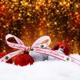 Bolas de la Navidad en la nieve Imágenes de archivo libres de regalías